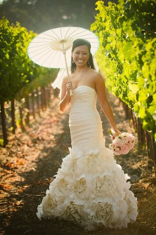 asian-bride-in-vineyard-holding-parasol-and-bouquet
