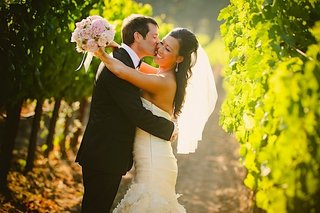 couple-wedding-portait-in-napa-valley-vineyard