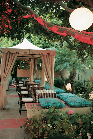 outdoor-cabana-wedding-reception-with-pillows-on-bench