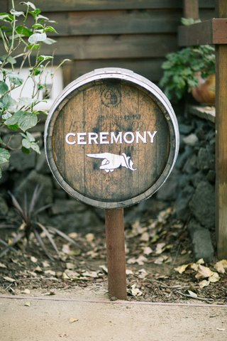finger-point-sign-with-ceremony-wording-on-wine-barrel-for-rustic-wedding
