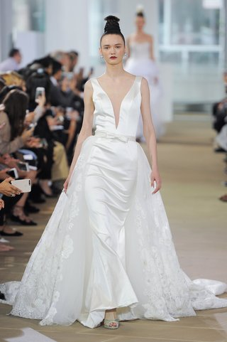 ines-di-santo-spring-2018-sleeveless-plunging-v-neck-sheath-bow-belt-embroidered-cathedral-overskirt