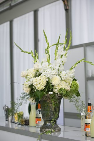 wedding-reception-bar-decorated-with-urn-and-white-flowers
