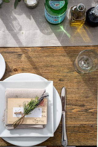 rustic-wedding-reception-wood-table-with-round-charger-square-plate-tan-linen-napkin-lavender
