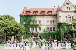 wedding-ceremony-outdoor-venue-in-front-of-castle-in-germany-ivy-climbing-up-estate
