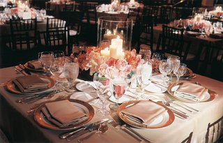 tablescape-with-low-centerpiece-and-candles