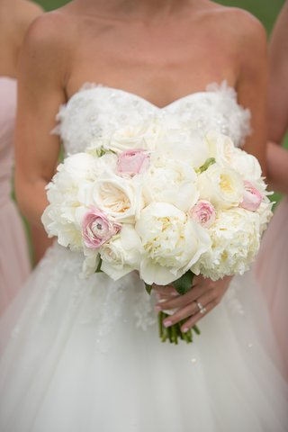 white-rose-and-peony-bouquet-with-pink-ranunculus