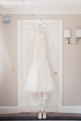 white-lace-monique-lhuillier-wedding-dress-with-sweetheart-neckline-and-trumpet-style-skirt