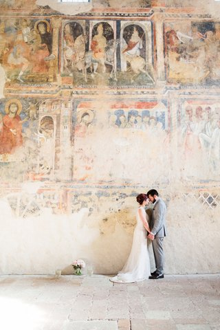 destination-wedding-portrait-bride-and-groom-forehead-touch-in-italy-fresco-paintings-on-walls-venue
