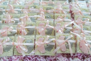 wedding-favor-cookies-with-pink-california-and-grey-new-jersey-tied-with-pink-ribbon