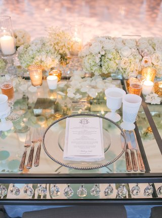 mirror-table-with-crystals-between-layers-white-goblets-ivory-roses-gold-candle-votives-white-goblet