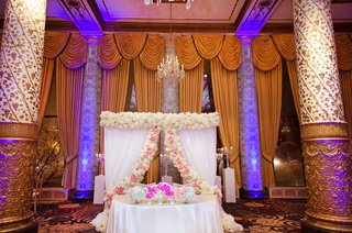 sweetheart-table-with-curtains-and-roses-behind-the-drake-hotel-chicago
