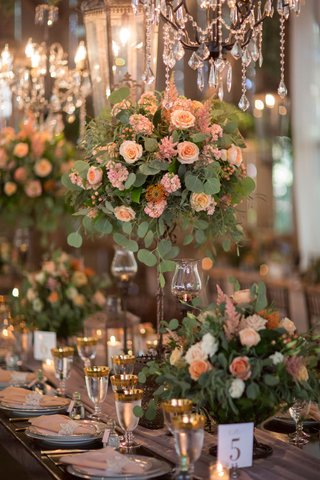 rustic-elegant-wedding-reception-table-with-high-low-rustic-centerpiece-and-elegant-chandeliers-gold