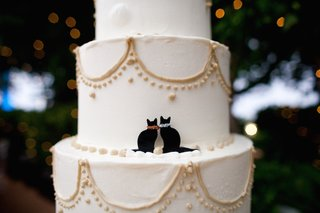 round-wedding-cake-with-gold-details-and-kitten-decor