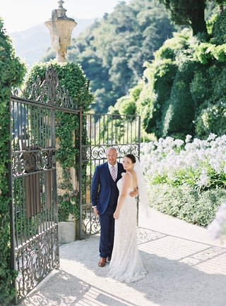 destination-wedding-lake-como-italy-villa-del-balbianello-entrance-iron-gates-ivy-on-stone-walls