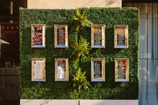 mirrored-seating-charts-ivy-walls-reception-seating-hedge-green-wall