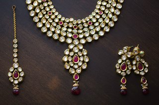 indian-wedding-bridal-jewelry-gold-earrings-headpiece-and-necklace