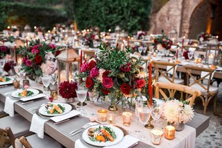 kings-tables-with-small-arrangements-of-greenery-burgundy-and-pink-roses-cream-table-runner