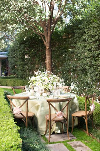 rustic-verdant-garden-tablescape-napa-valley-california-pink-rosettes-wooden-chairs-green-linens