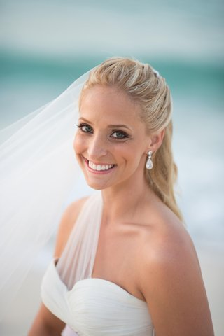 bride-with-blonde-hair-and-green-eyes-in-natural-makeup