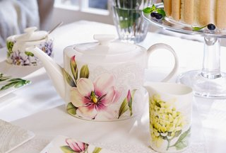 villeroy-boch-quinsai-garden-teapot-and-cups-with-pink-purple-yellow-and-green-floral-detailing