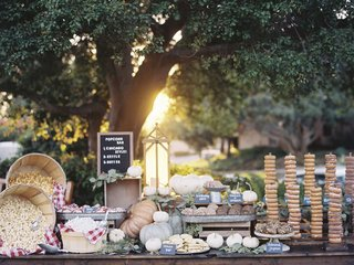 sweets-table-with-chicago-popcorn-donuts