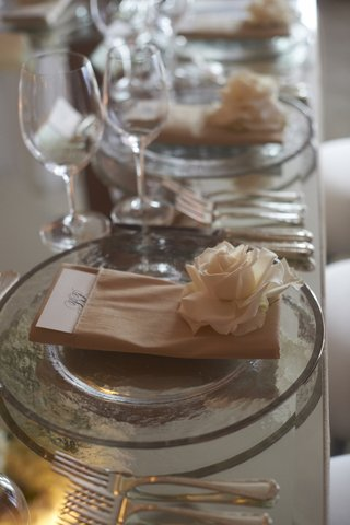 mirrored-table-with-glass-charger-and-ivory-rose