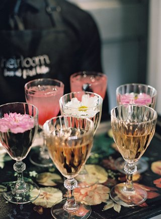 wedding-event-drinks-served-on-trays-rose-wine-cocktail-fresh-edible-flower-decorations