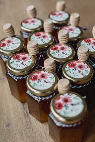 wedding-favor-ideas-jars-of-honey-homemade-at-bride-farm-with-flower-sticker-wood-honey-dipper