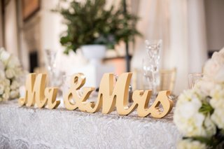 golden-mr-and-mrs-sign-for-wedding-sweetheart-table