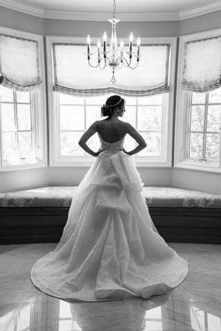 black-and-white-picture-of-back-of-monique-lhuillier-wedding-dress