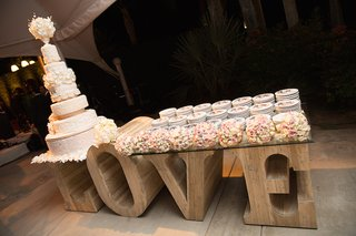 tall-block-love-letters-with-glass-tabletop-and-white-wedding-cake