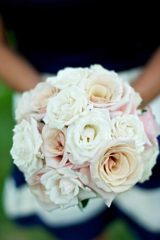 bridesmaid-bouquets-of-white-and-pale-pink-roses