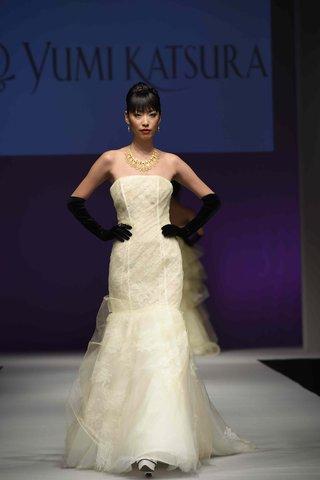 yumi-katsura-fall-2016-strapless-wedding-dress-with-seamed-bodice-and-lace