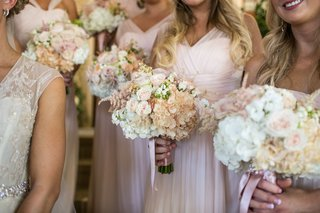 blush-peach-and-white-flowers-bridesmaids-bouquets