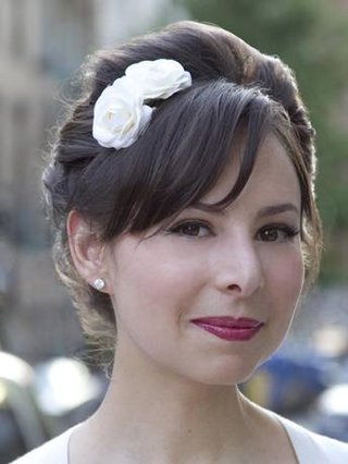two-small-roses-placed-just-above-the-brides-bangs-give-her-youthful-fringe-a-more-sophisticated-l