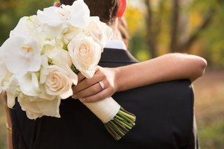 brides-bouquet-of-whiter-flowers-wrapped-in-fabric