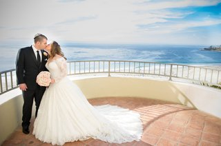 bride-and-groom-kiss-with-pacific-ocean-backdrop