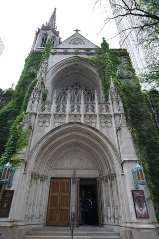 facade-of-fourth-presbyterian-church-in-chicago-with-green-ivy