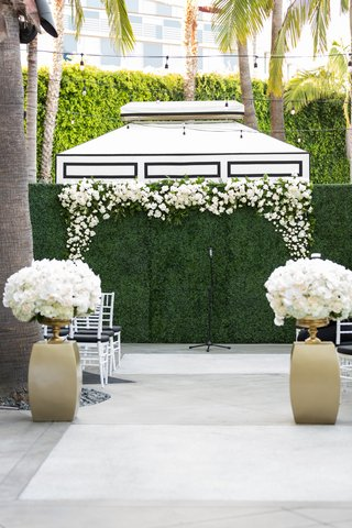 hedge-wall-with-flowers-framing-ceremony-backdrop