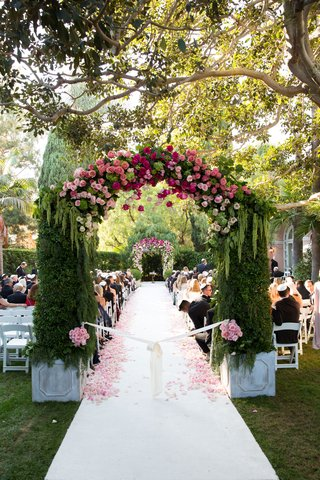 wedding-ceremony-outdoor-wedding-beverly-hills-hotel-white-aisle-runner-flower-petals-arch