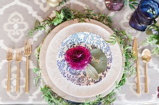place-setting-with-plum-ranunculus-blossom-and-eucalyptus-name-cards