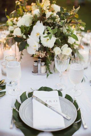 maui-destination-wedding-tropical-decor-split-leaf-as-charger-plate