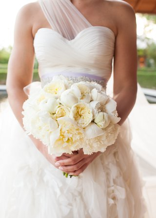 bride-holding-ivory-garden-roses-and-peonies-wedding-flowers