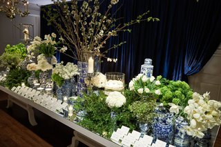 escort-card-table-mirror-top-with-blue-and-white-chinoiserie-ginger-jar-vases-floating-candles-white