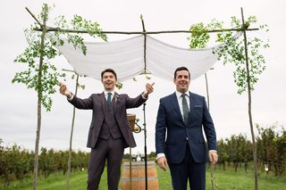 noah-bean-actor-with-best-friend-officiant-sees-bride-for-first-time-and-calls-to-her-under-chuppah