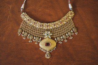 medallion-and-pendant-with-colorful-jewels-for-indian-bride