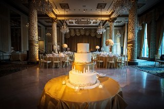 four-tiered-wedding-cake-with-gold-dots-and-white-chicago-skyline