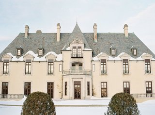 castle-wedding-location-in-huntington-new-york-oheka-castle-exterior-in-winter-snow-on-ground