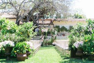the-inn-at-rancho-santa-fe-outdoor-wedding-ceremony-with-greenery-and-pink-and-white-flowers