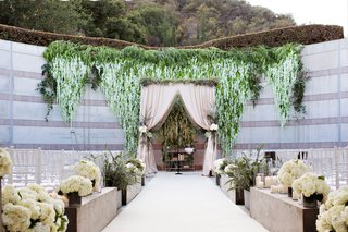 skirball-cultural-center-jewish-wedding-ceremony-outdoor-greenery-blush-white-flowers-wisteria